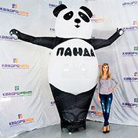 Фигура панды машущей лапой