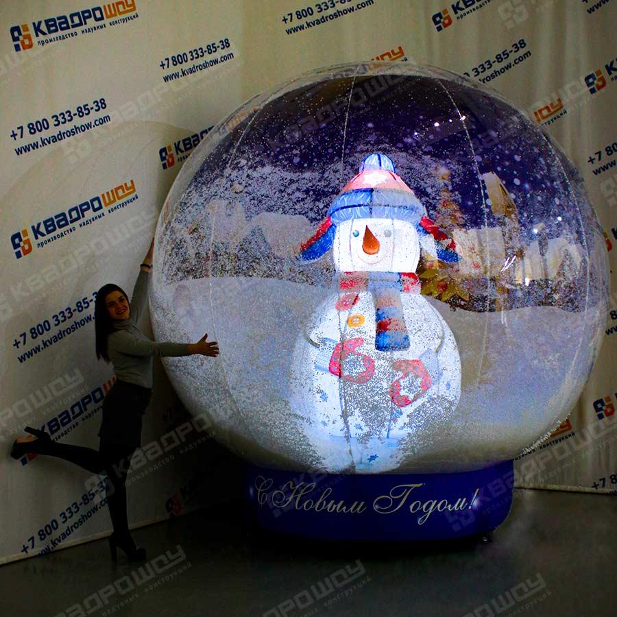 Новогодний шар с синим снеговиком эффект снега