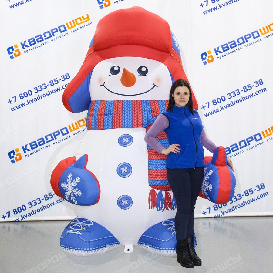 Снеговик в красно-синей ушанке и варежках