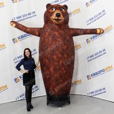 Медведь надувной машет лапой