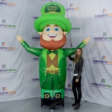 Ирландский лепрекон в зеленой шляпе с рыжей бородой