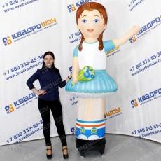 рекламная кукла девочка с букетом и машущей рукой