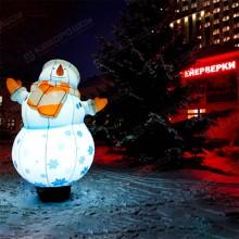 надувной светящийся снеговик на улице