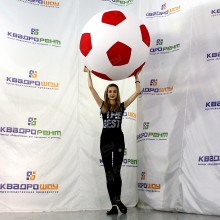 Надувной красно-белый футбольный мяч