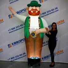 Надувной мужчина с кружкой пива и рыжей бородой