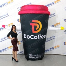 Стакан кофе с машущей рукой