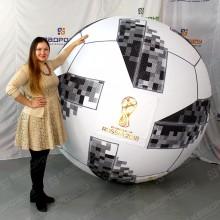 Огромный надувной шар с символикой ФИФА