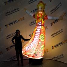 надувная рекламная фигура девушка славянка с машущей рукой