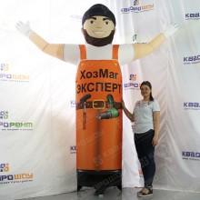 Аэрофигура строитель с машущей рукой для рекламы хозяйственного магазина