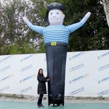 огромная надувная фигура моряк с машущей рукой