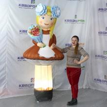 Надувная фигура школьница для рекламы магазина детской одежды