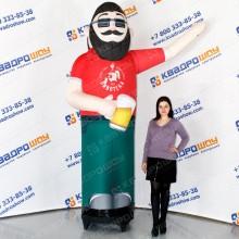 надувная кукла с пивом машет рукой зазывает клиентов