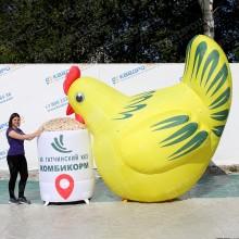 Надувная конструкция курица для рекламы производителя комбикорма