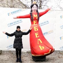 надувная рекламная фигура девушка в диадеме с машущей рукой