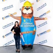 надувная рекламная фигура с крутящейся рукой бобер строитель