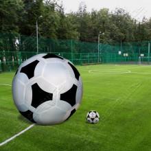 Большая надувная конструкция футбольного мяча