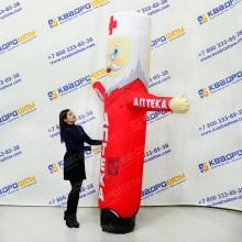 Надувной супергерой в плаще