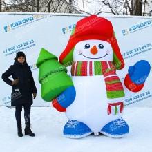 Снеговик надувной с ёлкой в руках