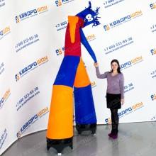 разноцветный воздушный человечек танцует