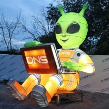 огромный инопланетянин светится для рекламы на крыше магазина