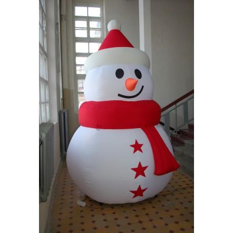 Надувная фигура снеговика в красной шапочке