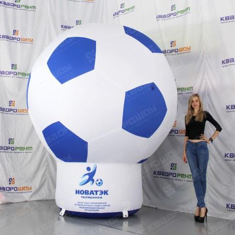 Футбольный мяч на опоре