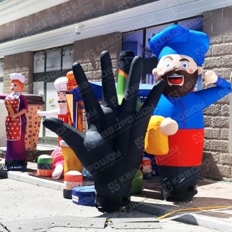 Надувная огромная черная перчатка и рекламные пневмофигуры на фестивале гастрит