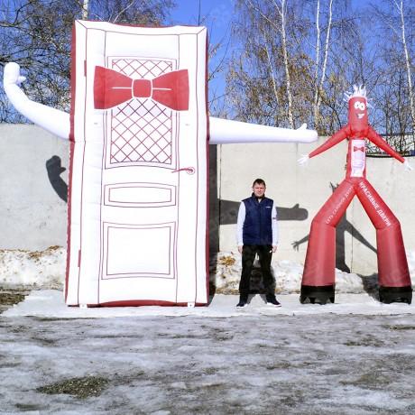 Гигантская надувная дверь и Аэромен реклама дверей
