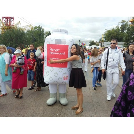 Надувной костюм ирбитского йогурта на фестивале