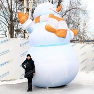 большая высокая уличная фигура снеговик в варежках
