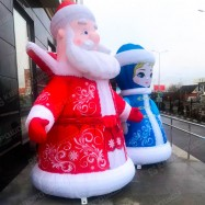 большие уличные фигуры дед мороз в красном и снегурочка в синем