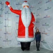 Новогодний Дед Мороз зазывающий покупателей