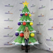 украшенная шарами елка