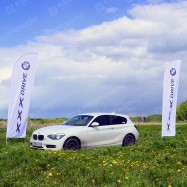 """Мобильные флаги """"BMW"""" в поле"""