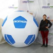 голубо-белый футбольный мяч огромного размера