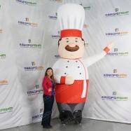 Рекламная фигура повар в колпаке машет рукой