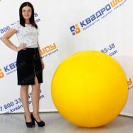 гигантский мяч жёлтого цвета для игр и декораций