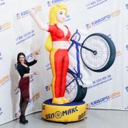 Девушка с велосипедом машет рукой