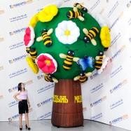 Огромное дерево с цветами и пчёлками