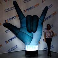 надувная рекламная фигура рука с подсветкой