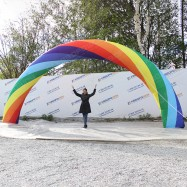 Разноцветная надувная арка