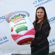 Огромная надувная фигура банка с йогуртом