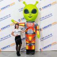 Надувной инопланетянин машет рукой