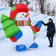 Снеговик надувной с елкой в руках
