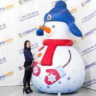 Надувной рекламный Снеговик в синей ушанке