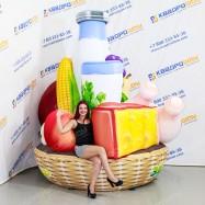 Надувная конструкция корзина с продуктами