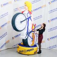Фигура с машущей рукой девушка велосипедистка