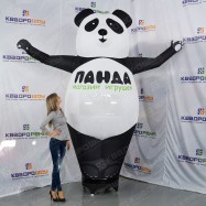 Надувная панда машет рукой