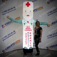 рекламный человечек доктор с машущей рукой
