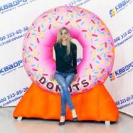 надувной рекламный указатель огромный розовый пончик